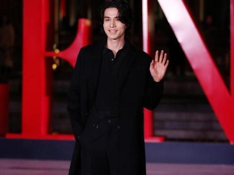 李栋旭烫起了小卷毛,穿黑色风衣帅气亮相,简直就是冻龄男神