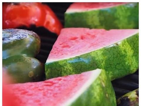 杨梅蘸酱油?椒盐烤西瓜?几种水果新式吃法真是厉害了