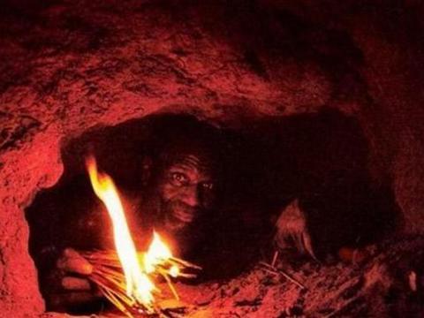 男子野外发现神秘地洞,下去探寻一番后,最后的收获让人意外