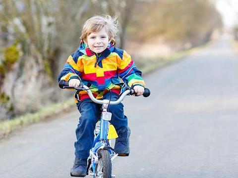 骑自行车有益于孩子的身体发育,提高反应速度,增进亲子沟通
