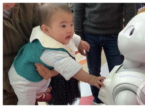 """8个月大的孩子把机器人问蒙了 山城科学院""""开学""""趣事多"""