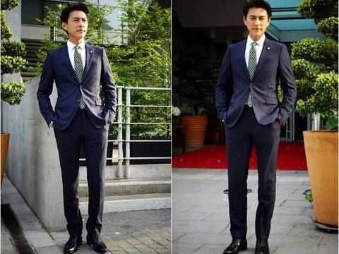 43岁靳东穿着随性走机场,绿衣黑裤的小伙搭配,却走出老干部风格