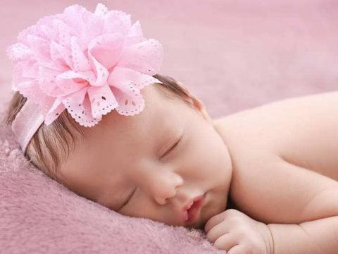 为何宝宝睡觉总是喜欢歪着脖子?这几个原因宝妈最好了解清楚
