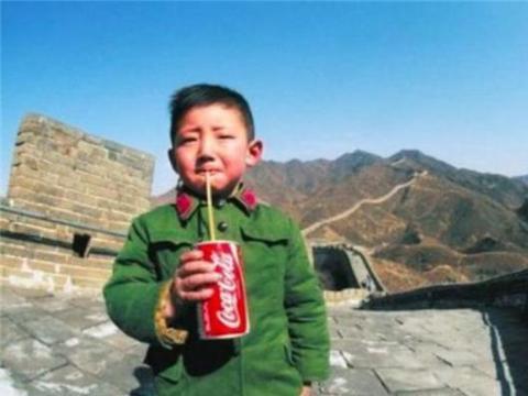第一个在长城喝可乐的男孩,为可口可乐打开市场,如今现状如何?