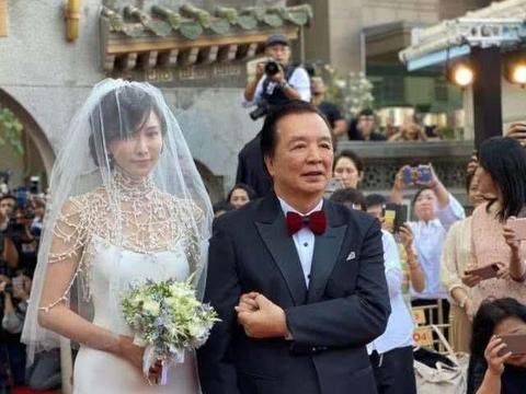 林志玲Akira两度深情接吻,日语致辞哭成泪人,蔡康永称像演电影