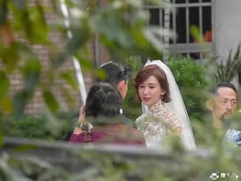 林志玲一脸孕相出席婚礼!脸肿眼小穿平底鞋,被称怀孕三个月以上