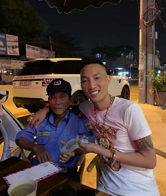越南男子戴夸张黄金首饰又爱买豪车,四处给穷人送钱引热议