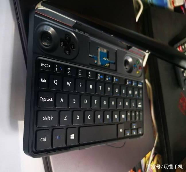 GPD Win Max曝光:迷你笔记本电脑与游戏掌机的结合