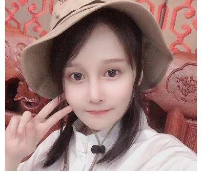 赵本山女儿要当企业家,戴眼镜和帽子接受采访,却遭吐槽又变样
