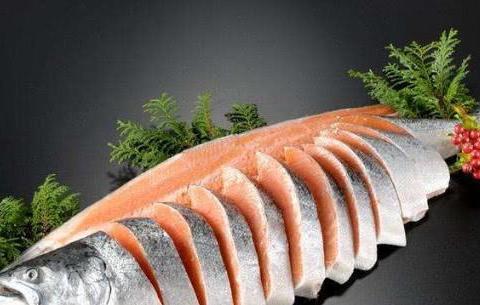 三文鱼鲜甜美味,教你挑三文鱼的3个小窍门,吃到鲜活的三文鱼肉