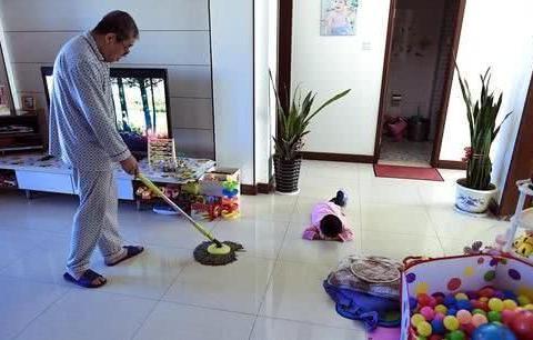 老人帮忙带孩子是理所应当?不认清这件事,你会比啃老还可耻