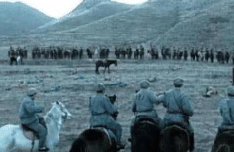《亮剑》因经费不足闹出不少笑话,骑兵团就俩马,李云龙当群演!
