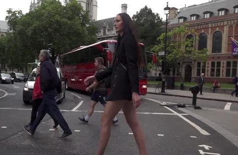 世界上最高的女模特,腿长超过1.3米,走在街上像一个巨人!