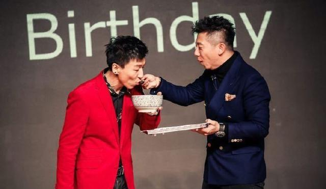 陈羽凡生日,胡海泉等人给他庆生,脸上抹的都是蛋糕还能认得出吗