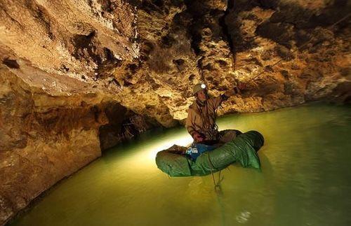 牛津大学学生六天六夜生活在1000米洞穴中,拍了这些画面