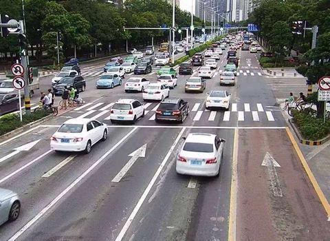 为什么老司机都不喜欢走左侧车道?车主:那里陷阱太多了