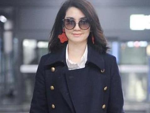 洪欣现身机场气场十足满脸笑意,张丹峰停工回归家庭,和好如初?
