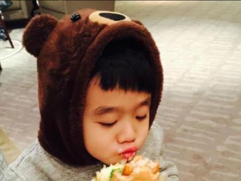 """杨威的儿子杨阳洋长大了,与小时候判若两人,变""""型男大佬""""?"""