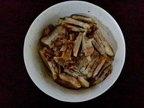 色泽茶红的金银咸烧白,爽口化渣,油而不腻,佐酒饭均宜
