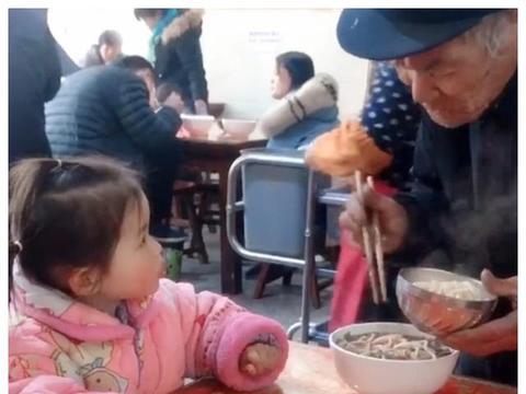 带小孙女去面馆吃饭,爷爷只点了一碗面条,却温暖了很多人的心