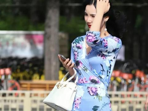 蓝色花朵旗袍,优雅大气,时尚精致,散发出东方女人的独特韵味