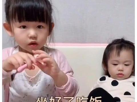 妹妹不吃饭被妈妈凶,姐姐霸气护妹,网友:活的不如一个孩子