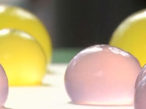 """外国大学生研究出""""矿泉水球""""1元10颗,既便宜又环保!"""