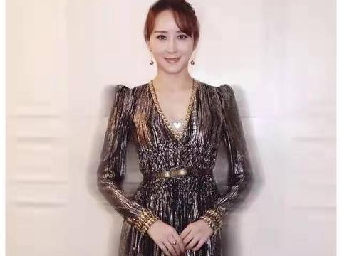 被胡静惊艳到了,香槟金领边连衣裙高贵优雅,藏不住的贵妇气质