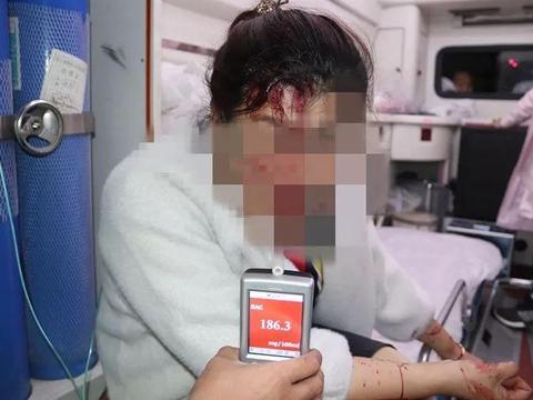 伊旗一女驾驶员醉酒,冲入绿化带撞上路灯杆,被撞的头破血流!