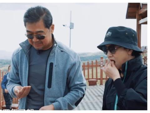 张国立邓婕在景区与大妈互动,弹幕里却是任性的丑陋!