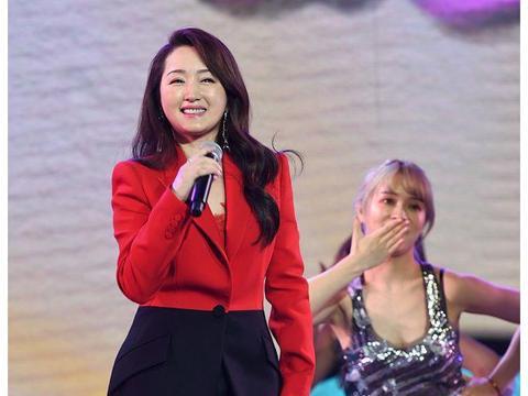 48岁杨钰莹红衣献唱 长发披肩苗条如少女