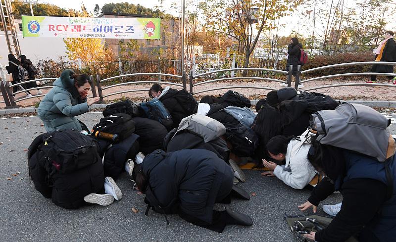 韩国高考终于落下帷幕 考生集体磕头向老师致谢 场面感人