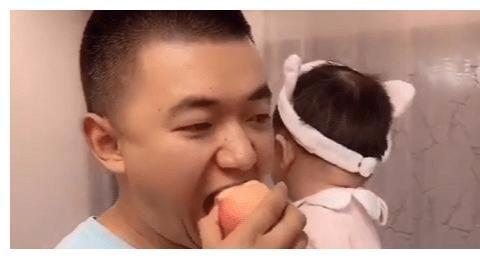 """奶爸防女儿""""偷吃""""苹果却被儿子截胡,所谓""""螳螂捕蝉黄雀在后"""""""