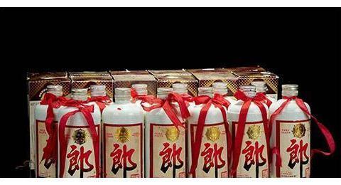 中国白酒首富,不仅挽救了濒临倒闭的品牌,最后还向茅台挑战!