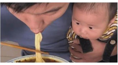 """""""淡定奶爸""""抱娃吃饭火了,网友:不拔氧气管都对不起爸爸"""