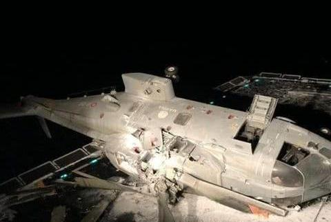 意大利海军直升机夜间着陆出意外,侧翻在驱逐舰甲板上