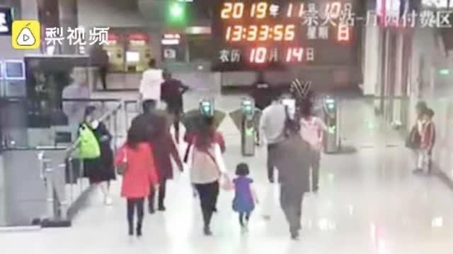 2名熊孩子电梯上追逐打闹,虎妈当场让他们罚站5分钟