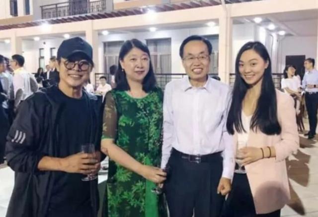 李连杰父女与马云同框,19岁女儿气场出众,可惜未遗传妈妈高颜值