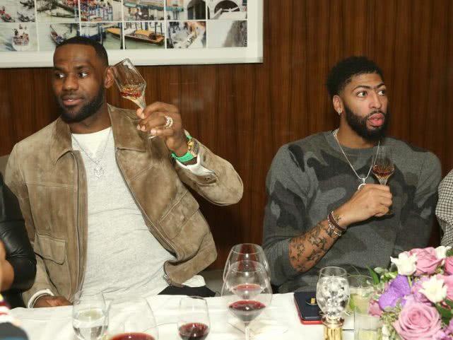 詹皇浓眉哥带队友比赛前一晚现身高档酒吧 共饮价值2万余元美酒