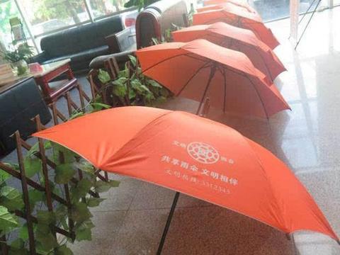 共享雨伞大量丢失,为何投资人却很开心?你看伞上写着什么