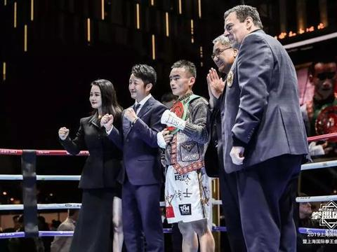 邹市明冉莹颖打造冠军盛典!19岁小将KO夺金腰带,WBC主席颁奖
