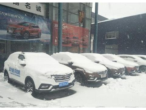 东北一场暴雪,新能源汽车被拉下水,跑趟高速车主有苦难言