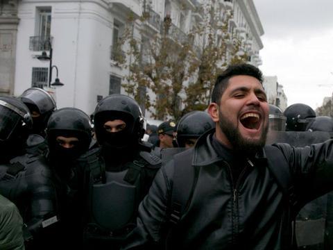 伊朗武装分子加入骚乱,暗杀军警挑起血腥冲突,军方警告严惩不贷