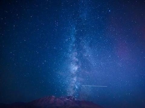 一颗恒星从银河系中心黑洞飞出,黑洞的另一边是什么?是虫洞吗