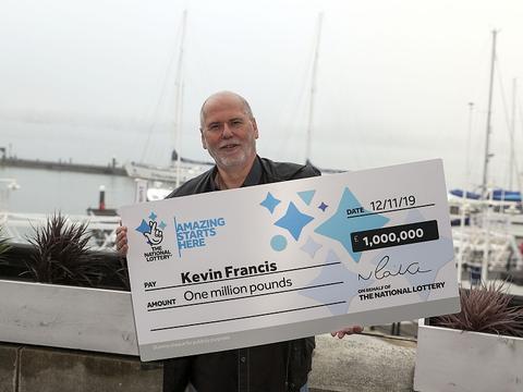英国一男子为哄久病在床的妻子开心买彩票 喜从天降中百万大奖
