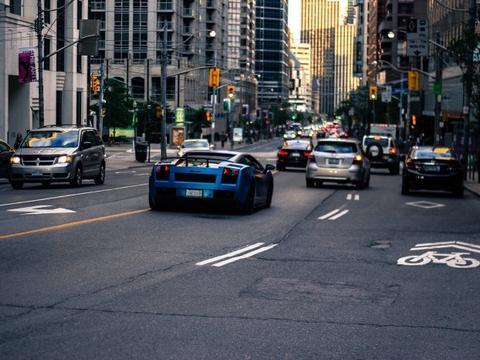 研究人员担心黑客攻击会致联网汽车变成路障