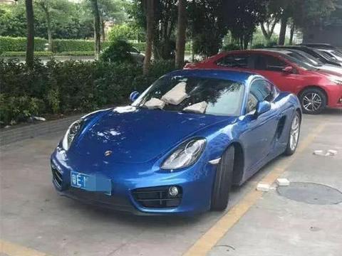 广东一保时捷横占两车位,看到车上的纸条,老大爷怒砸车玻璃