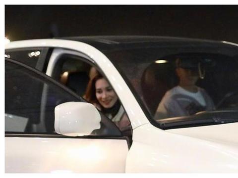 韩庚深夜接女友惨被开罚单,卢靖姗手上钻戒抢镜,目测至少3克拉