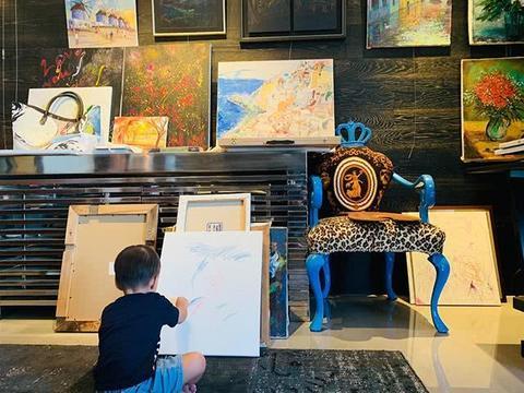 儿子才2岁,周杰伦就带他全世界欣赏名画,他真的看得懂吗?