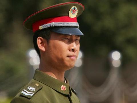 孙俪和张译都当过兵,两人台上比赛叠军被,这差距咋这么大呢?
